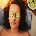 Waarom vrouwen komkommers op hun ogen leggen
